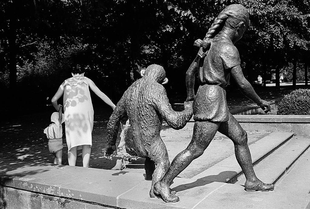 """Plastik """"Mädchen und Affe"""" im Tierpark Berlin-Friedrichsfelde"""